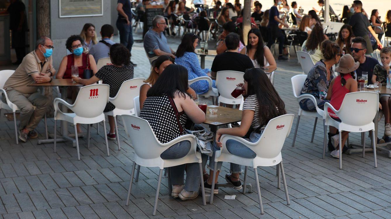 Foto: Varias personas en una terraza de Madrid. (Efe)