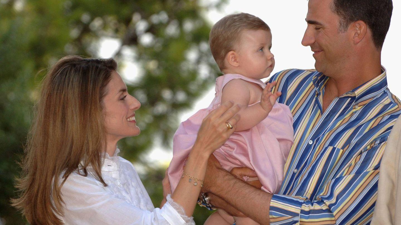 La reina Letizia, en 2006 con la pulsera en su brazo derecho. (Getty)