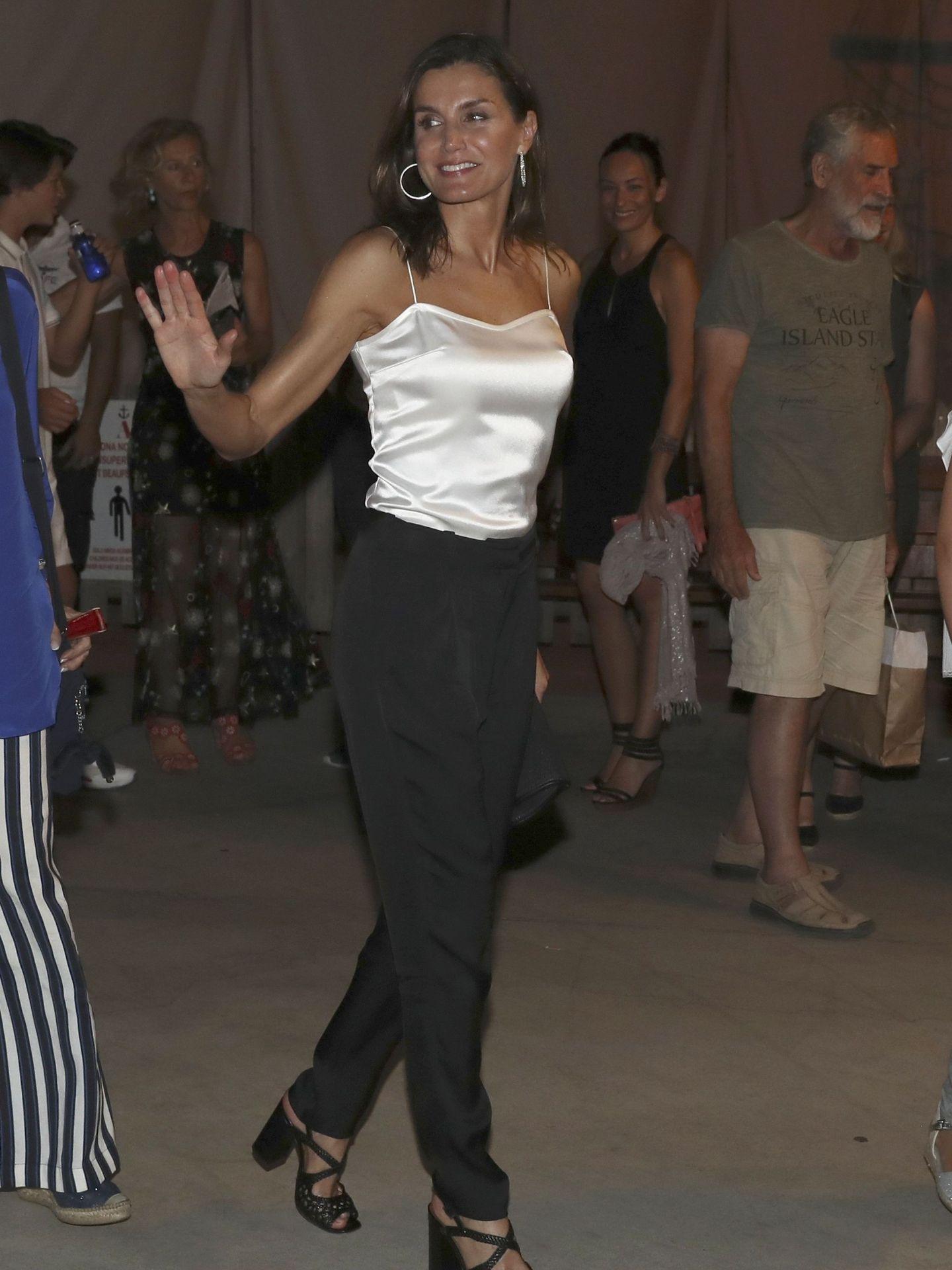 La reina Letizia a su salida del concierto del violinista Ara Malikian en Port Adriano, en Palma de Mallorca. (EFE)