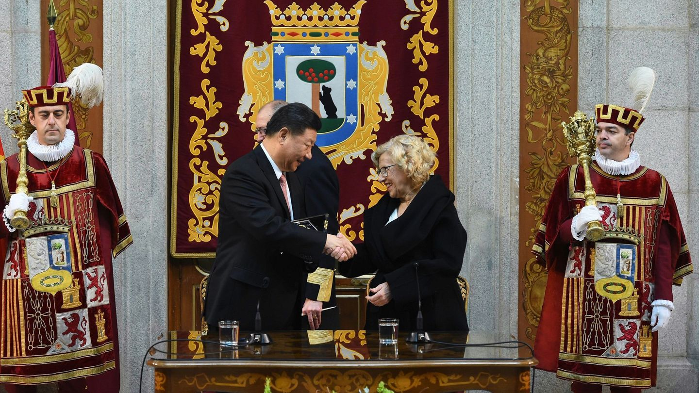 El presidente chino Xi Jinping, recibe de mano de la alcaldesa Manuela Carmena la Llave de Oro de Madrid. (EFE)