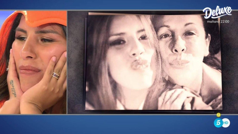 Chabelita viendo las fotos con su madre. (Telecinco).