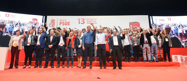 Foto: José Manuel Franco y Pedro Sánchez, cantando 'La Internacional' con la nueva ejecutiva del PSOE-M en la clausura del 13º Congreso Regional, este 22 de octubre en Coslada. (EFE)