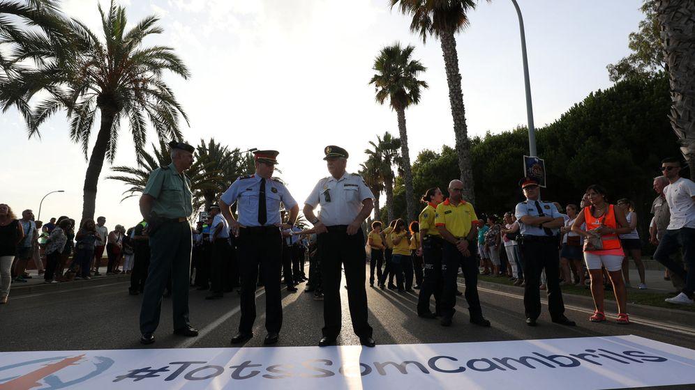 Foto: Efectivos de seguridad en la manifestación por los atentados de Cambrils. (Reuters)