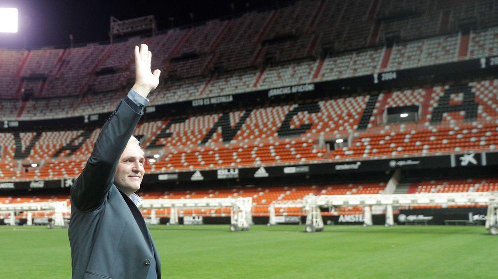 Foto: Santiago Cañizares saluda a los aficionados en el estadio valencianista. (Efe)