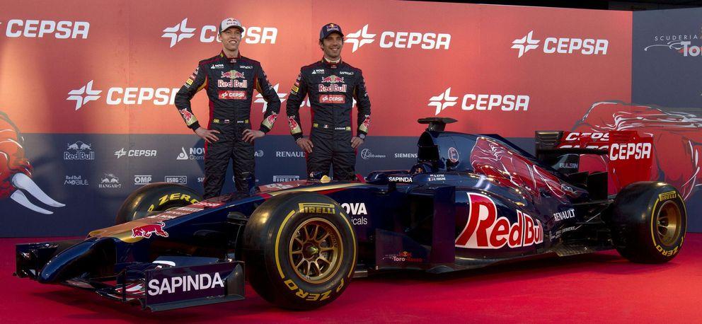 Daniil Kvyat (i) y Jean-Eric Vergne (i), en la presentación del STR9. (EFE)