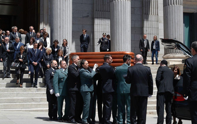 Lágrimas y aplausos cierran el adiós a Rubalcaba, el último hombre de Estado