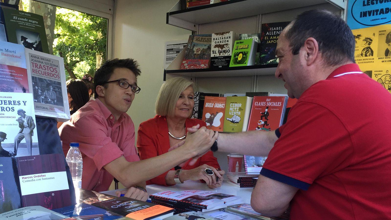 Foto: Íñigo Errejón firmando ejemplares de 'Construir pueblo' en la Feria del Libro, ayer (P.C.)
