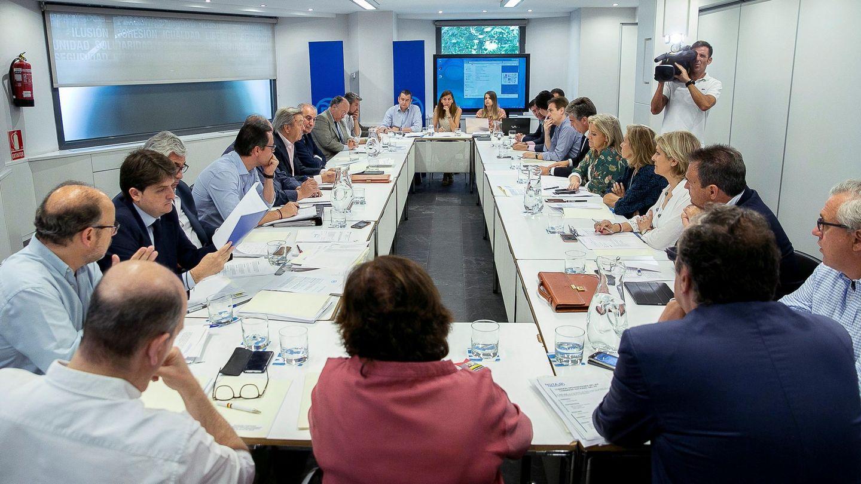 Fotografía facilitada por el PP de la reunión del Comité Organizador del Congreso del Partido. (EFE)