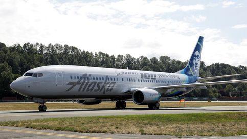 Una azafata pide a una pasajera que abandone el avión por enseñar la tripa