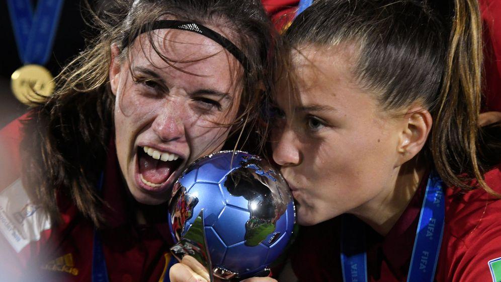 Foto: Claudia Pina y Eva Navarro celebran el Mundial Sub 17 ganado en Uruguay en 2018. (REUTERS)