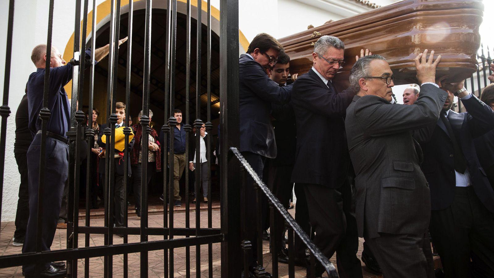 Foto: Gallardón porta el féretro de Utrera. (EFE)