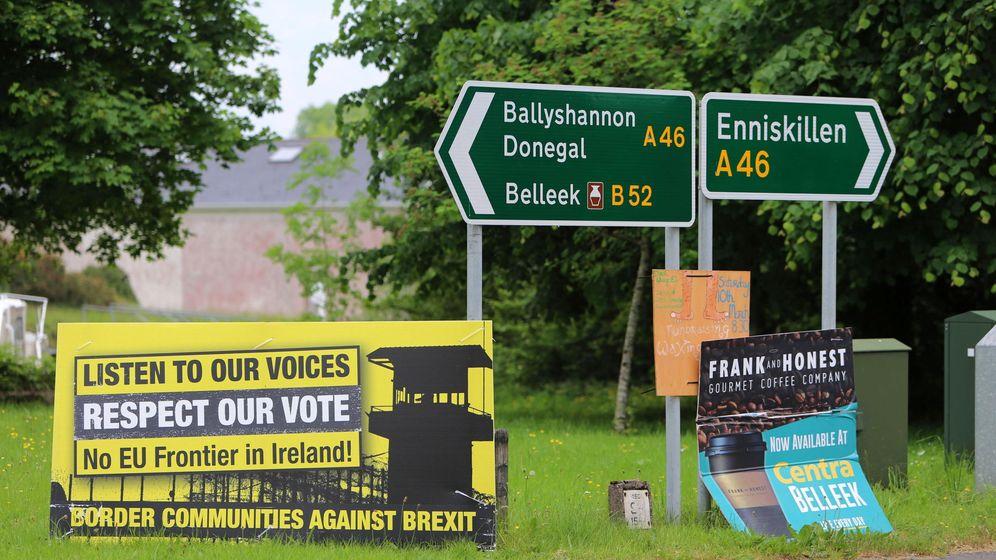 Foto: Carteles contra el Brexit en la frontera entre las dos Irlandas. (Reuters)