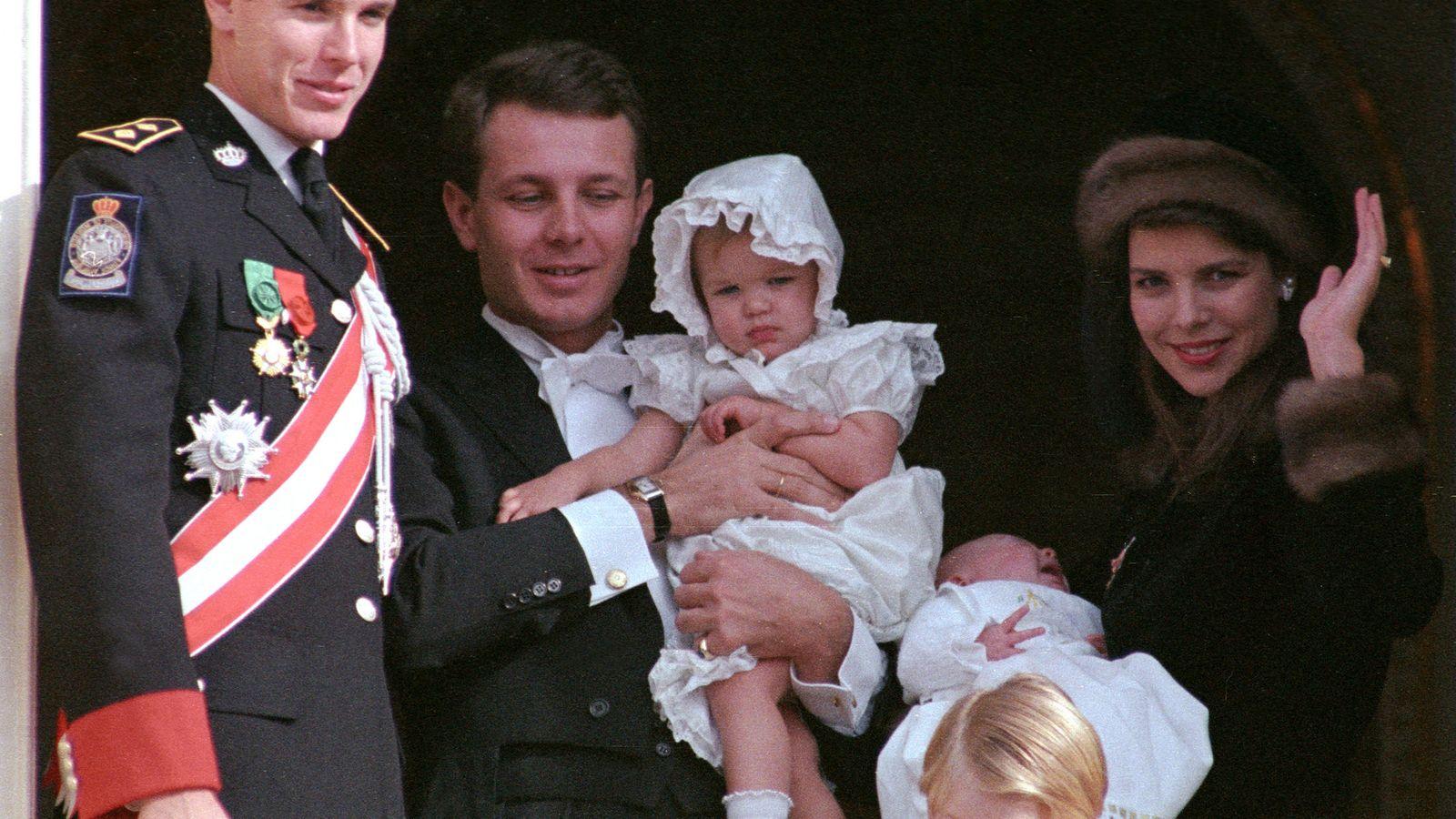 Foto: Stefano Casiraghi y Carolina, junto a sus hijos y Alberto de Mónaco en noviembre de 1987. (Reuters)