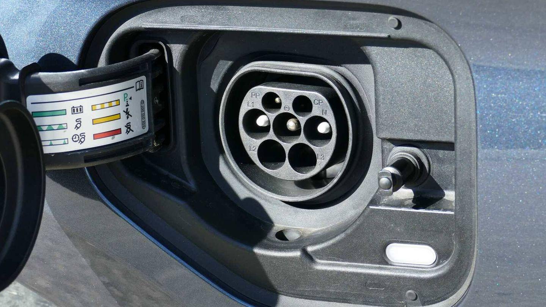 Esta es la gran diferencia de esta versión eHybrid, un enchufe para cargar su baterías hasta con 3,7 kW.