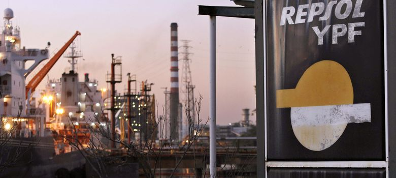 Foto: Fotografía de archivo de las instalaciones de la Terminal Dock Sud, de la petrolera YPF, en la ciudad de Avellaneda (Argentina). (EFE)