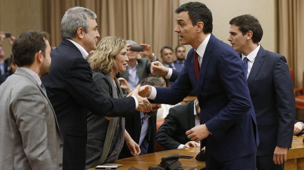 Foto: El secretario general del PSOE, Pedro Sánchez (2d), y el presidente de Ciudadanos, Albert Rivera (d), durante la firma del acuerdo de investidura. (EFE)