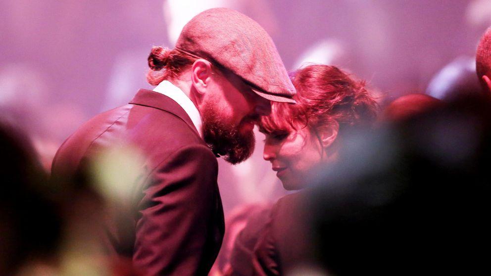 Leonardo DiCaprio tontea con la actriz Noomi Rapace en la gala amfAR