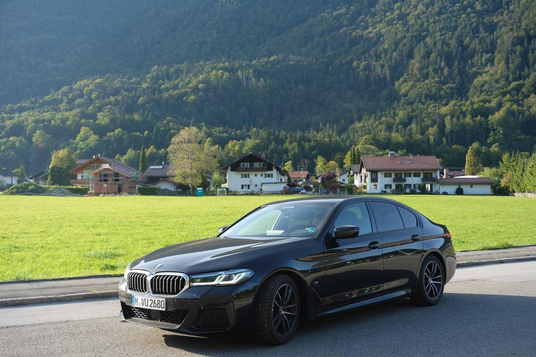 El BMW serie 5 que alquilé para recorrer las Autobahn alemanas en Baviera. Aquí en un pueblo cerca de los Alpes. (Marion Roth)