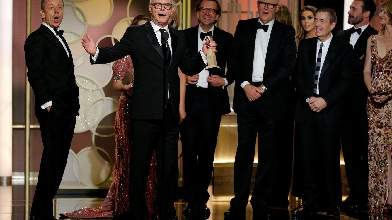 Foto: Peter Morgan y Stephen Daldry recogen el Globo de Oro a la mejor serie dramática, 'The Crown'.