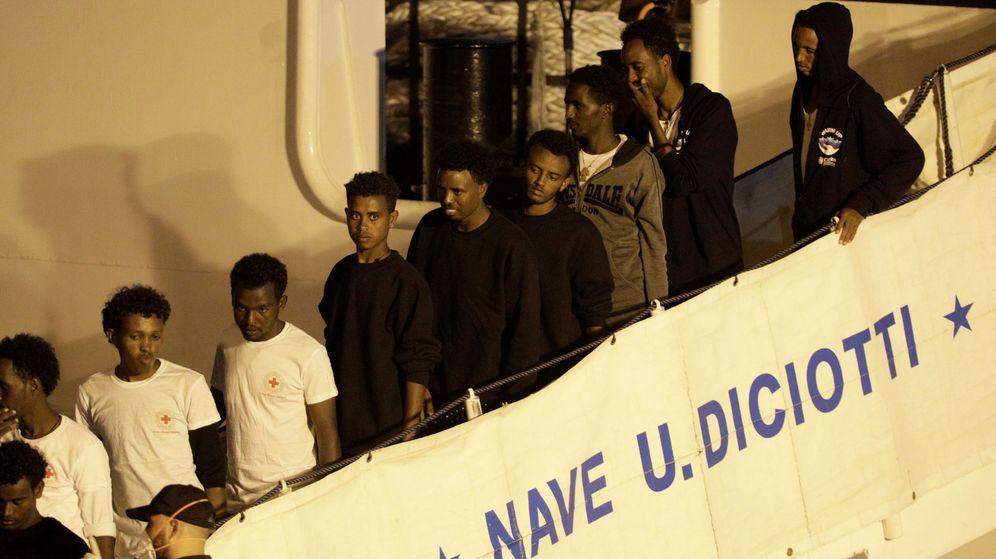 Foto: Desembarco en Catania de emigrantes recogidos por el buque militar italiano Diciotti. (Reuters)