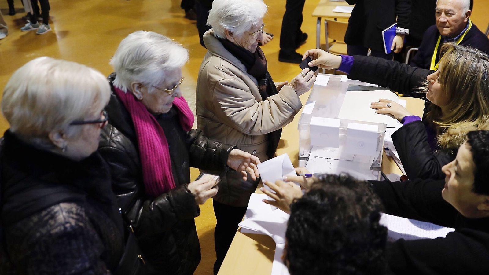 Foto: Mesa de votación en las elecciones catalanas. (EFE)