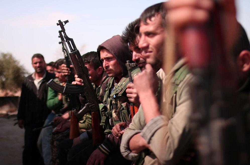 Foto: Miembros de las Fuerzas de Siria Democrática (SDF) esperan para entrar en combate en el norte de Raqqa, el 8 de marzo de 2017 (Reuters)