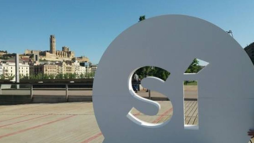 Foto: Uno de los varios síes con forma de globo de cómic que han aparecido en Cataluña. (Foto: Twitter @jordisanchezp)