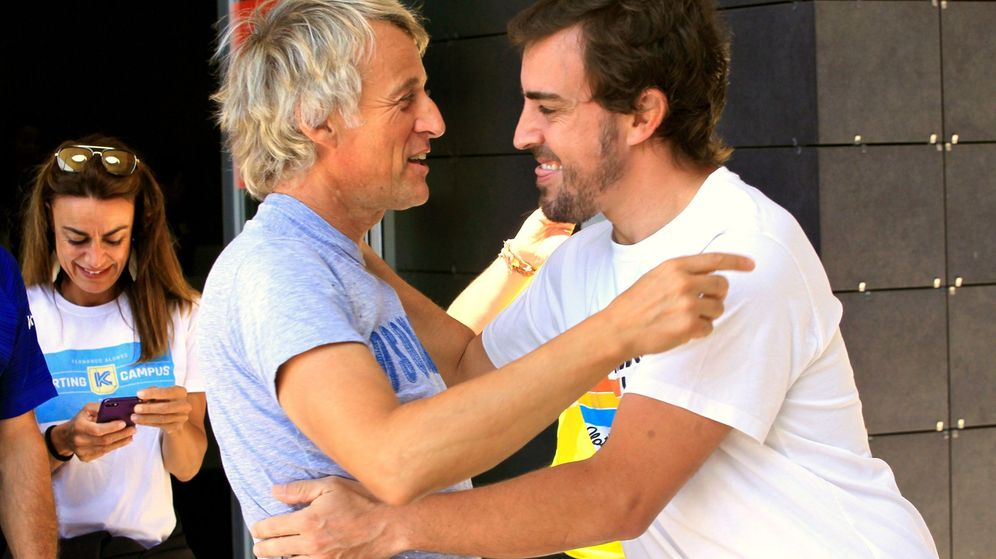 Foto: Jesús Calleja (i) y Fernando Alonso en un acto en el museo del piloto asturiano en julio. (EFE)