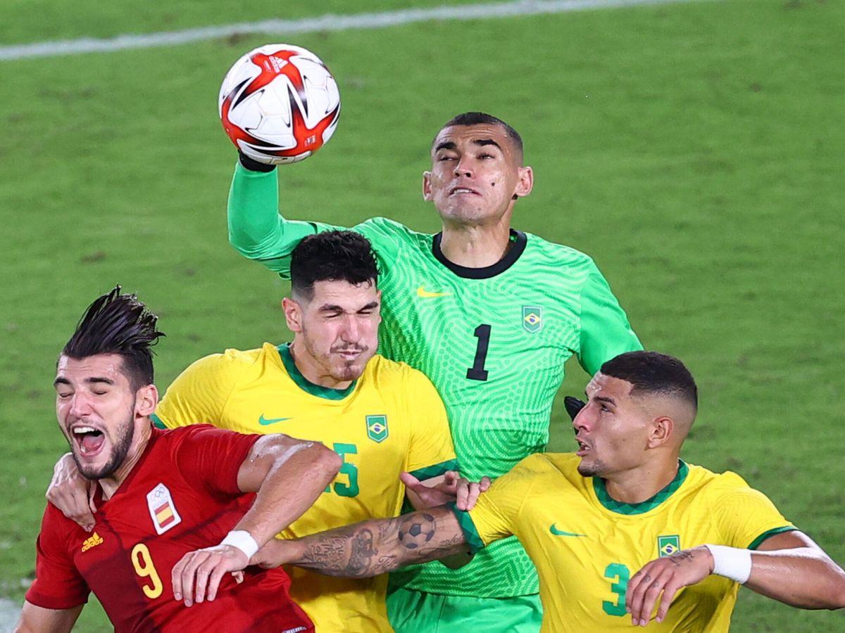 Foto: Nino despeja un balón ante Rafa Mir. (REUTERS)