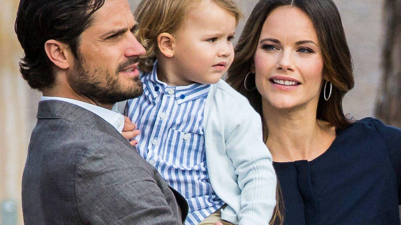 Los príncipes Carlos Felipe y Sofía de Suecia acompañando a su hijo, el príncipe Alexander. (Getty)