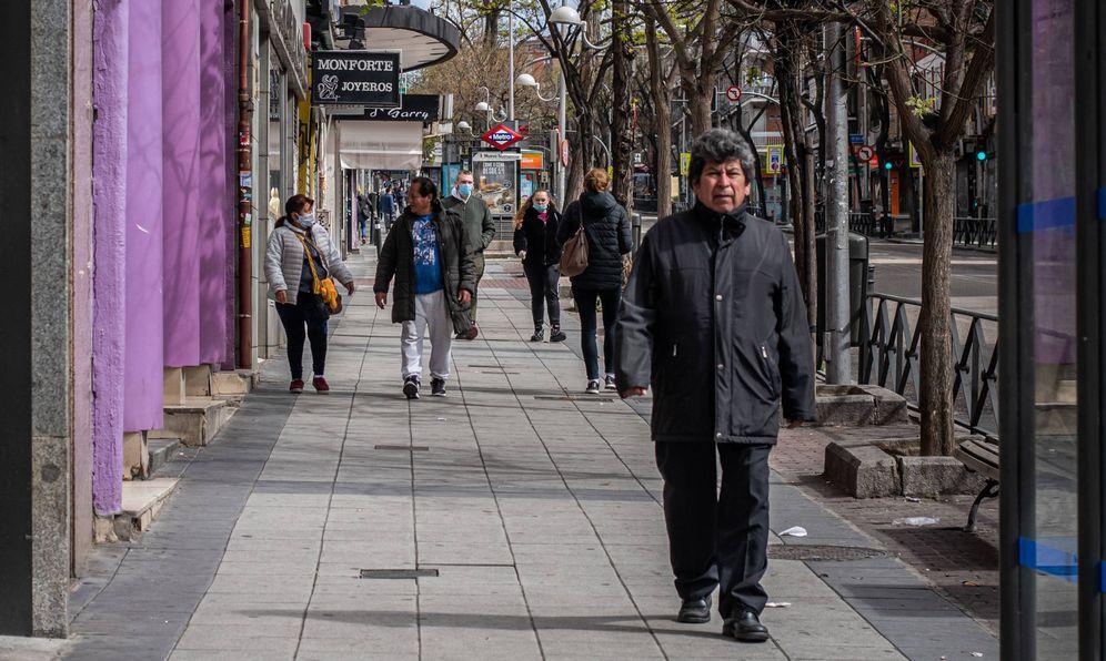 Foto: La Avenida de la Albufera sigue teniendo gente caminando estos días. (Carmen Castellón)