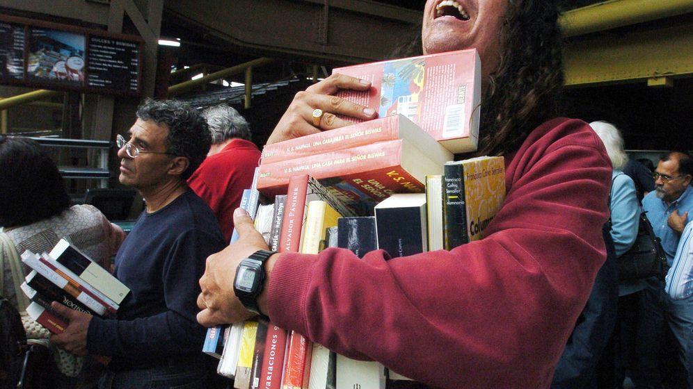 Foto: Un hombre carga libros del Auditorio Nacional de Ciudad de México para salvarlos de su destrucción. Foto: Mario Guzmán / EFE
