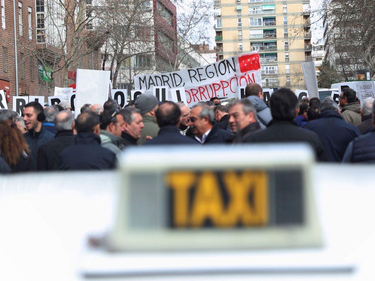 Foto: Taxistas de Madrid se concentran frente a la Consejería de Transportes (EFE)