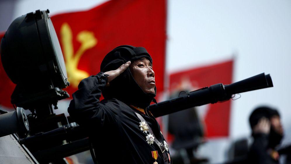 Foto: Un soldado norcoreano saluda desde un vehículo armado durante un desfile en Pyongyang, el pasado 15 de abril de 2017. (Reuters)