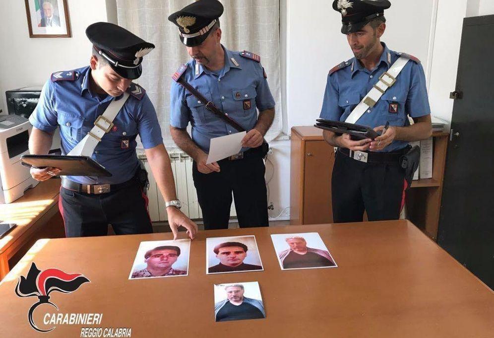 Foto: Tres oficiales de seguridad estudian fotos de Morabito. (EFE)