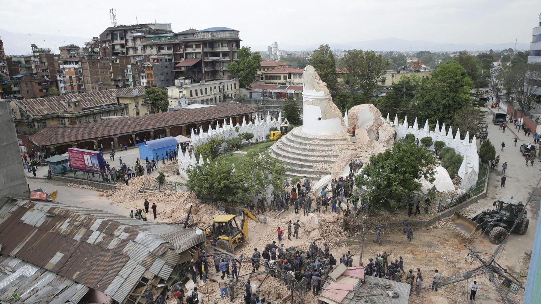 Dharahara o Torre Bhimsen destruida por el terremoto. (Efe)