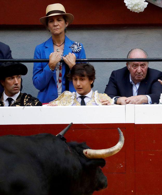 Foto: El rey Juan Carlos I y la infanta Elena durante el cuarto festejo taurino de la Feria de la Semana Grande de San Sebastián, en el coso de Illumbe de la capital donostiarra. (EFE)