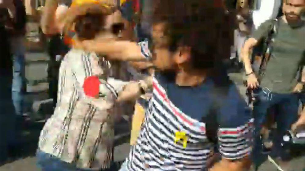 Foto: El hombre que arrebató la bandera a la mujer, en el momento de propinarle un puñetazo (Foto: Twitter)