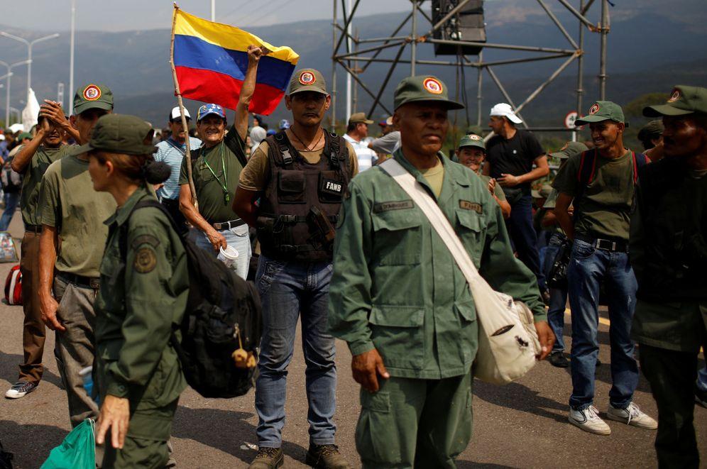 Foto: Manifestantes chavistas en el puente de Tienditas que une Venezuela con Colombia. (Reuters)