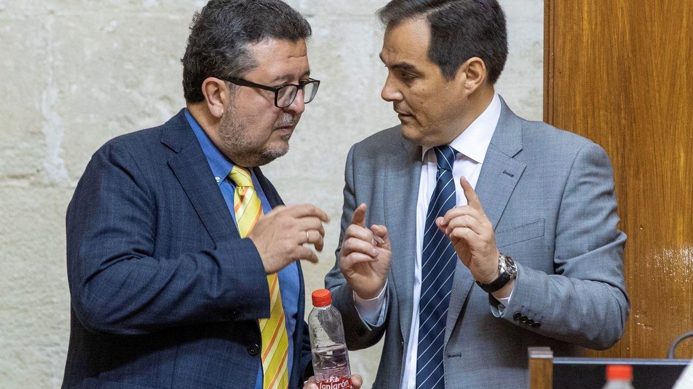Francisco Serrano (i), junto al portavoz del PP andaluz, José Antonio Nieto. (EFE)