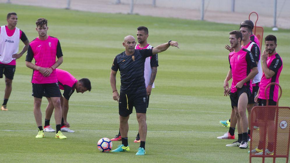 Foto: Paco Jémez durante un entrenamiento del Granada (Miguel Ángel Molina/EFE)