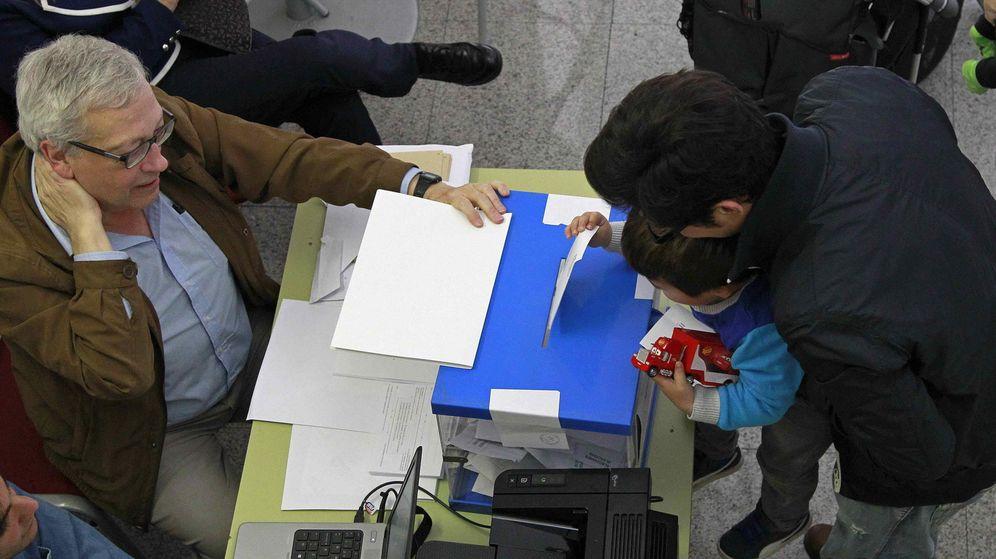 Foto: Un niño introduce el voto de su padre en la urna durante la jornada electoral de las elecciones europeas. (EFE)