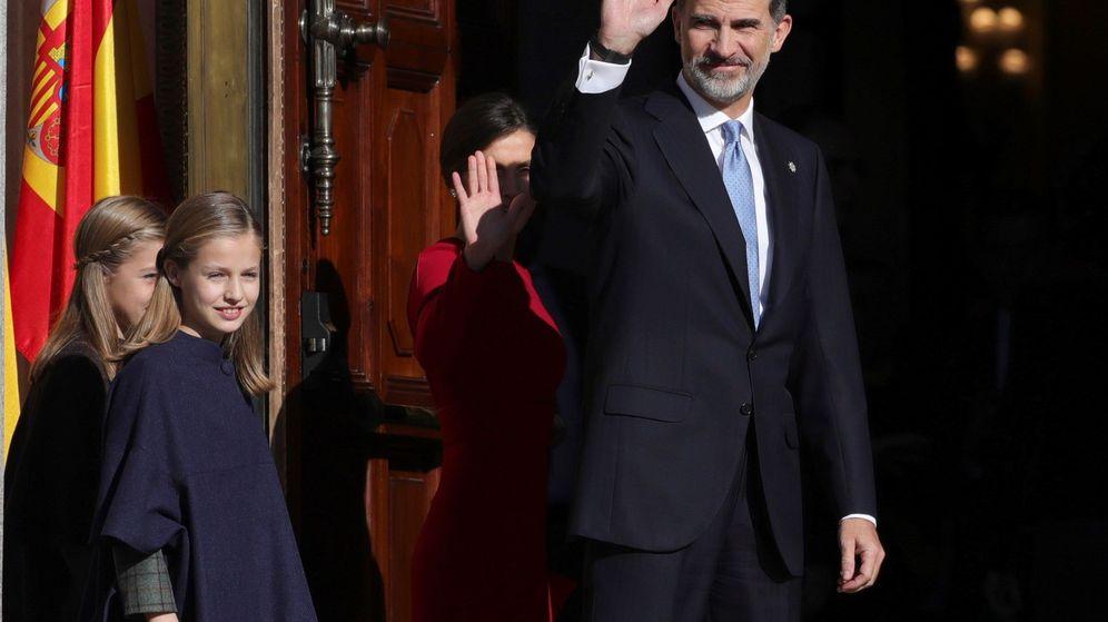 Foto: Los Reyes, que presiden el acto solemne conmemorativo del 40 aniversario de la Constitución, saludan a su llegada. (EFE)