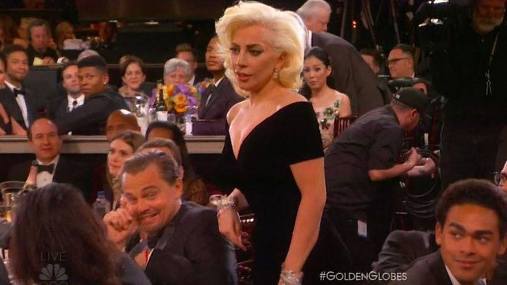 Globos de Oro - La cara de 'asco' de Leonardo DiCaprio al ser tocado por Lady Gaga