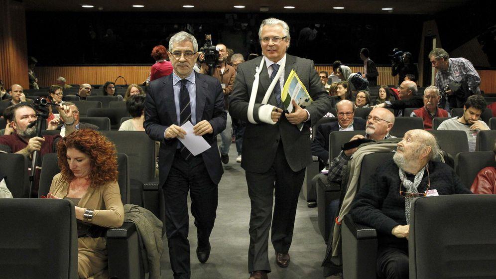 Foto: El exjuez Baltasar Garzón (d), junto al diputado regional de IU Gaspar Llamazares (i), a su llegada a un coloquio sobre 'Justicia universal o impunidad'. (EFE)
