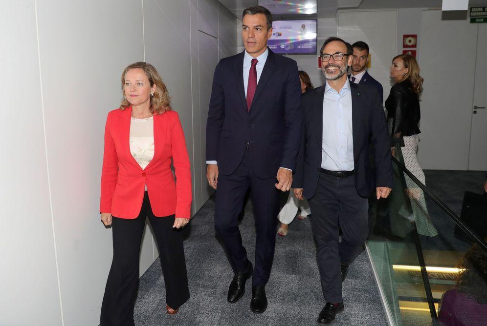 Foto: Pedro Sánchez y la ministra Nadia Calviño, acompañados por el presidente de EFE, Fernando Garea, en la sede de la agencia, este jueves. (EFE)