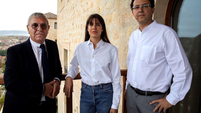 Carlota Casiraghi, con el filosófo Robert Maggiori y el editor Leopoldo Kulesz en Segovia. (EFE)