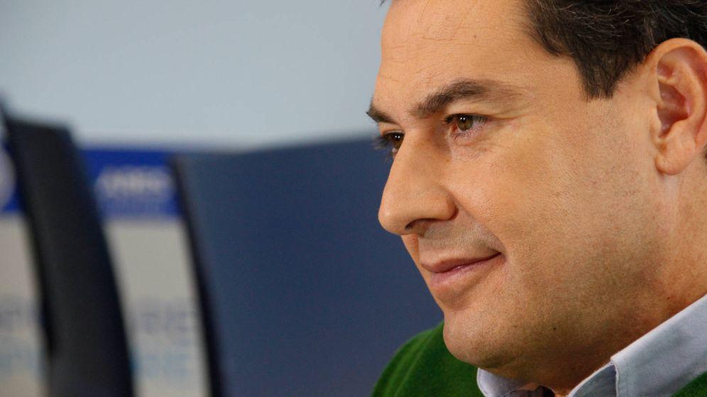 Foto: Juanma Moreno, durante una entrevista. (Santiago Vinagrero).