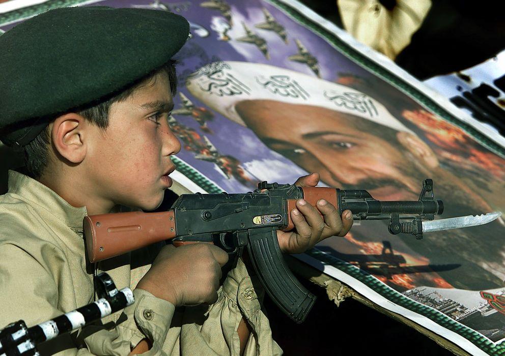 Foto: Un niño sostiene un arma de juguete en una manifestación protalibán en Pakistán (Reuters).