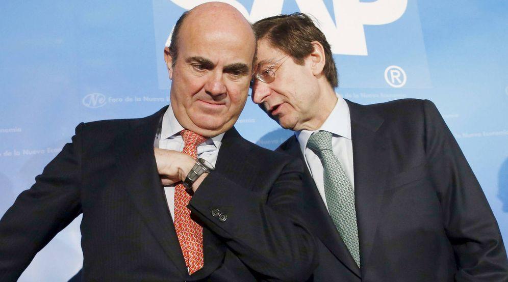 Foto: El presidente de Bankia, José Ignacio Goirigolzarri (i), junto al ministro de Economía, Luis de Guindos. (EFE)